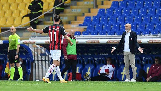Zlatan Ibrahimovic opouští hřiště po vyloučení v zápase s Parmou.