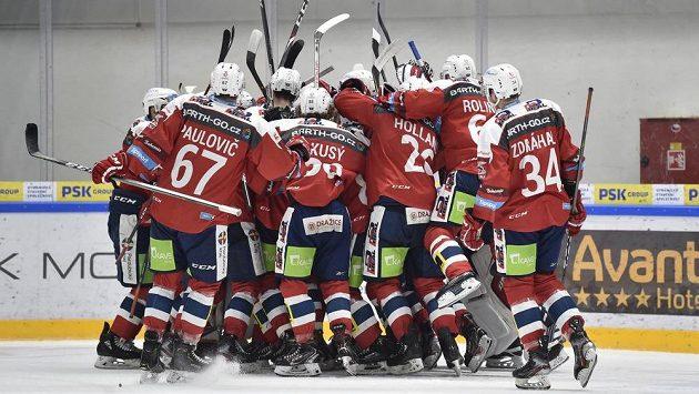 Hráči Pardubic se radují z vítězství v Brně.