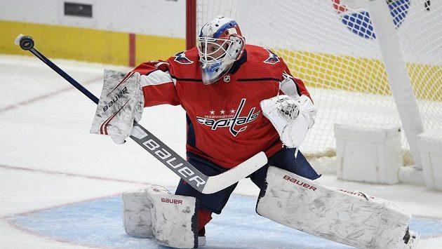 Český brankář Washingtonu Vítek Vaněček v zápase NHL proti Buffalu Sabres.