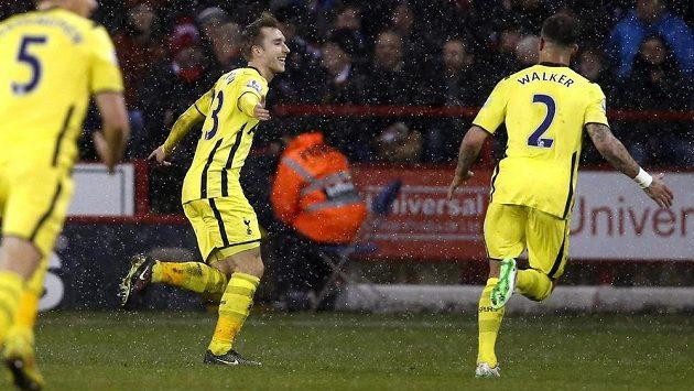 Fotbalista Tottenhamu Christian Eriksen (uprostřed) slaví gól proti Sheffieldu United v odvetě Capital One Cupu.