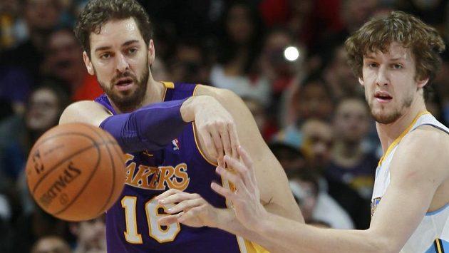 Český basketbalista ve službách Denveru Jan Veselý (vpravo) a Pau Gasol z Los Angeles Lakers.