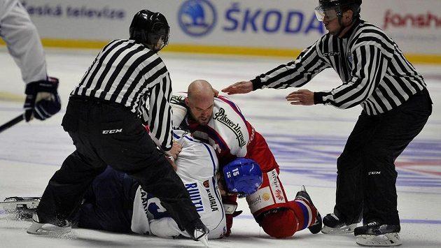 Rozhodčí se snaží zastavit pěstní souboj mezi Finem Tuomo Ruutuem a českým kapitánem Radkem Smoleňákem.