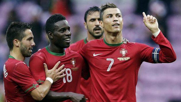 Portugalský fotbalista Cristiano Ronaldo (vpravo) se raduje se spoluhráči ze vstřelení gólu proti Chorvatsku.