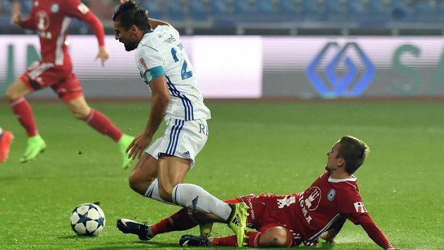 Milan Baroš z Baníku Ostrava padá po zákroku Davida Housky z Olomouce v utkání 11. kola HET ligy.