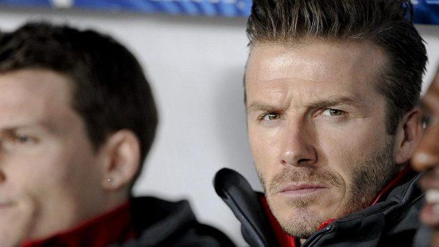 David Beckham na lavičce Paris St. Germain při odvetném osmifinálovém utkání Ligy mistrů proti Valencii.