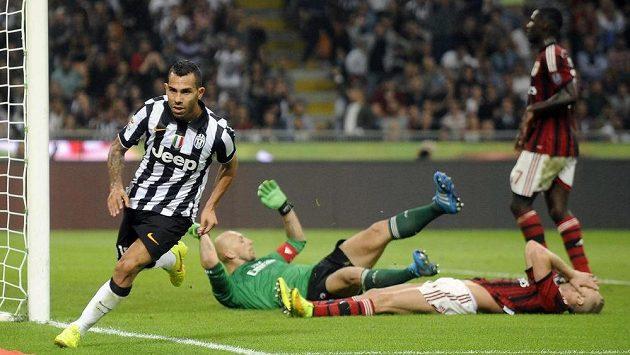 Carlos Tévez (vlevo) z Juventusu oslavuje svoji trefu v ligovém šlágru, za ním pokořená obrana AC Milán.