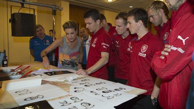 David Lafata (uprostřed v červeném) jde na potisk trička jako první.