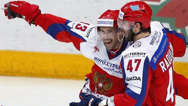 Pavel Dacjuk (vlevo) v dresu ruské reprezentace se raduje s Alexandrem Radulovem.