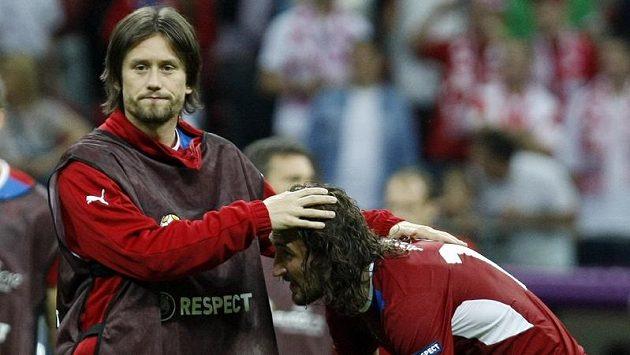 Zraněný Tomáš Rosický nakonec do utkání nezasáhl, vpravo Petr Jiráček