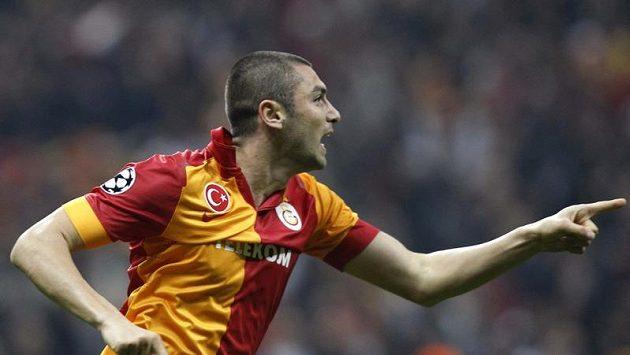 Burak Yilmaz z Galatasaraye Istanbul se raduje z gólu, který vstřelil Manchesteru United.