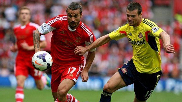 Pablo Daniel Osvaldo ze Southamptonu v souboji o míč s Ondřejem Čelůstkou (vpravo).