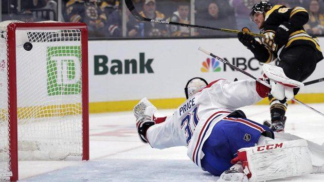 David Pastrňák překonává Careyho Price v brance Montrealu.