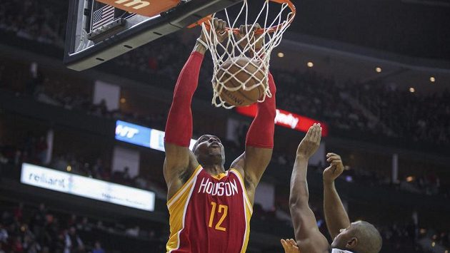 Dwight Howard z Houstonu smečuje do koše v zápase se San Antoniem.