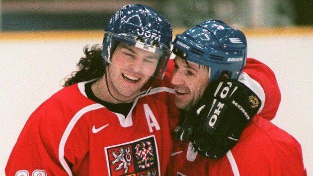 Jaromír Jágr (vlevo) a autor vítězného gólu ve finále s Ruskem Petr Svoboda se radují během pro Čechy zlatého olympijského turnaje v japonském Naganu.