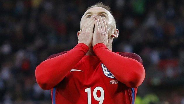 Anglický útočník Wayne Rooney vzhlíží k nebi po vstřeleném gólu proti Austrálii.