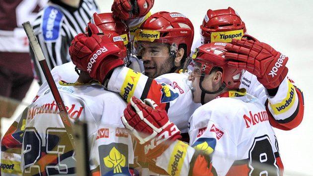 Hokejisté Hradce Králové oslavují Vydareného gól proti Spartě.