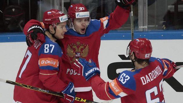 Ruský hokejista Artěmij Panarin, uprsotřed, slaví se spoluhráči gól proti Švédsku.