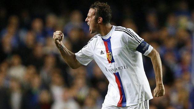 Útočník Basileje Marco Streller se raduje ze vstřelení gólu na hřišti Chelsea.