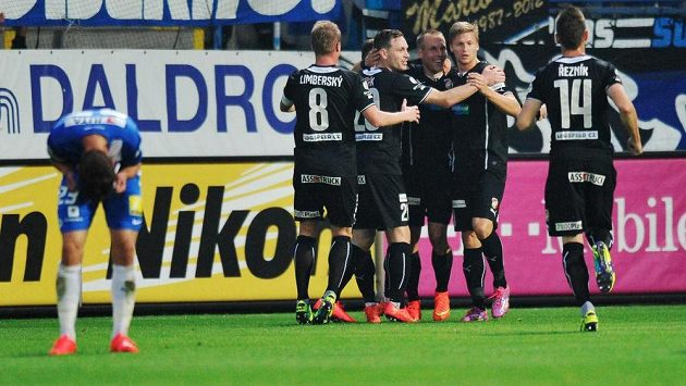 Hráči Plzně se radují z gólu Václava Pilaře proti Liberci.
