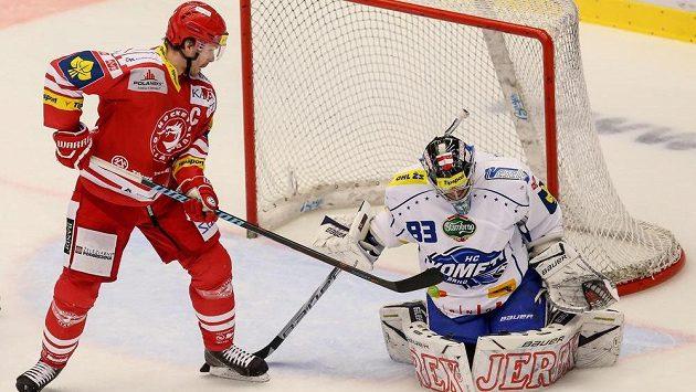 Útočník Třince Tomáš Plíhal před brankářem Brna Martinem Faltrem.