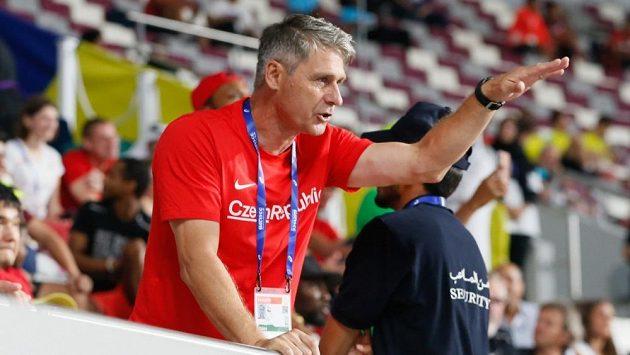 Jan Železný při kvalifikaci oštěpařek na mistrovství světa v Dauhá.