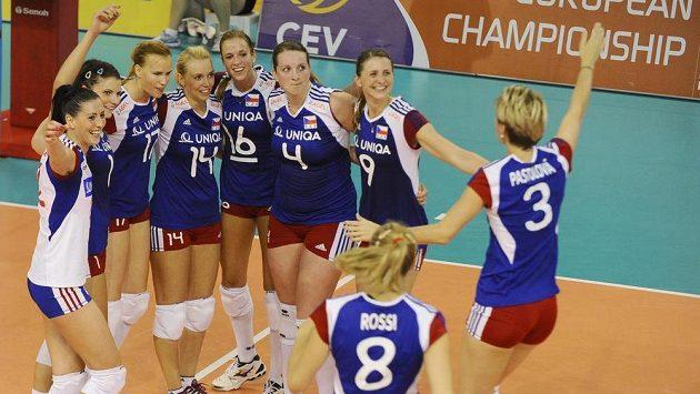 České volejbalistky se radují z vítězství nad Rumunkami a postupu na mistrovství Evropy.