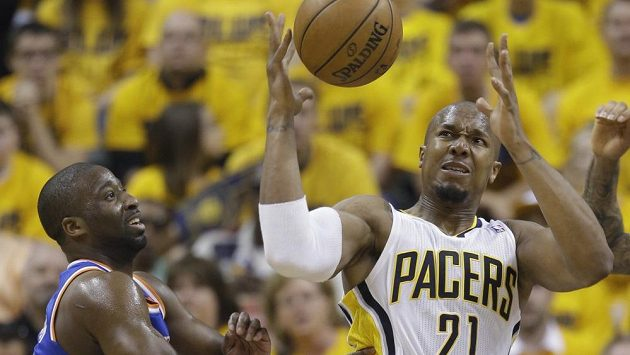 David West (vpravo) z Indiany a Raymond Felton z New York Knicks.