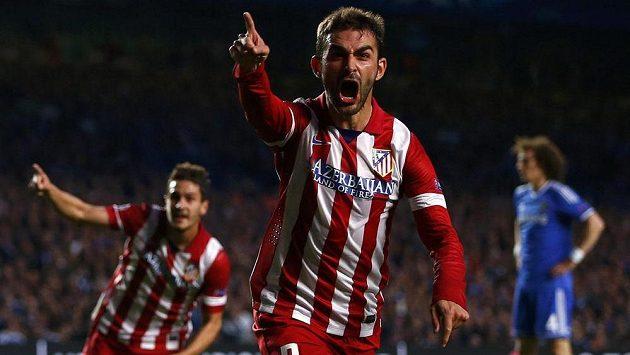 Útočník Atlétika Madrid Adrián López slaví gól proti Chelsea v odvetném semifinálovém duelu Ligy mistrů.