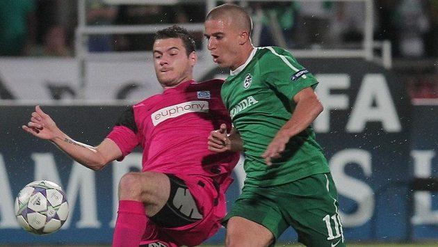 Daniel Pudil (vlevo) ještě v dresu belgického Genku. Na snímku s Pudilem Idan Vered z Maccabi Haifa.