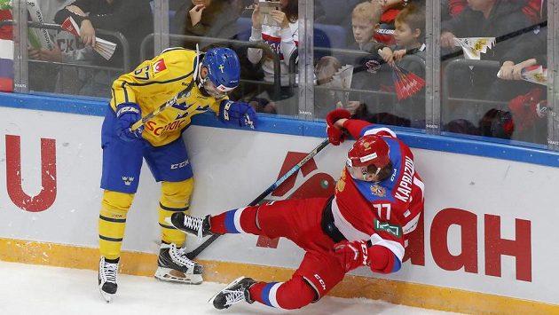 Švédský hokejista Linus Froberg v akci s Rusem Kirillem Kaprizovem v utkání Channel One Cupu.