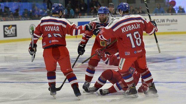 Čeští hráči se radují z úvodního gólu proti Švédům. Zleva Jan Kovář, Adam Polášek, autor gólu Jakub jeřábek a Dominik Kubalík.