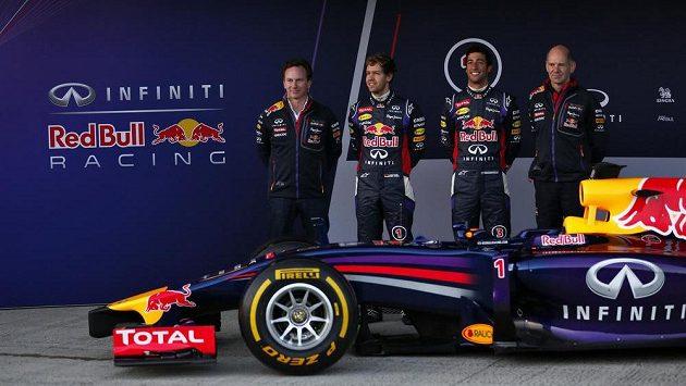 Sebastian Vettel (druhý zleva) a Daniel Ricciardo (druhý zprava) představují vůz Red Bull RB 10 pro sezónu 2014. Vpravo šéfkonstruktér Red Bullu Adrian Newey, vlevo šéf týmu Christian Horner.