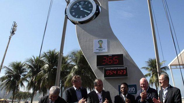 Na slavnostním aktu nechyběla brazilská fotbalová legenda Pelé (třetí zprava).