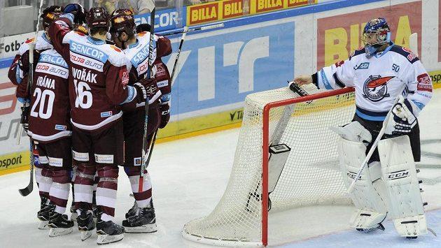 Hráči Sparty se radují z gólu.