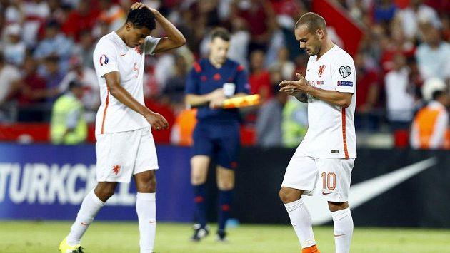 Zklamání nizozemských fotbalistů Wesleyho Sneijdera (vpravo) a Jaira Riedewalda po porážce v Turecku.