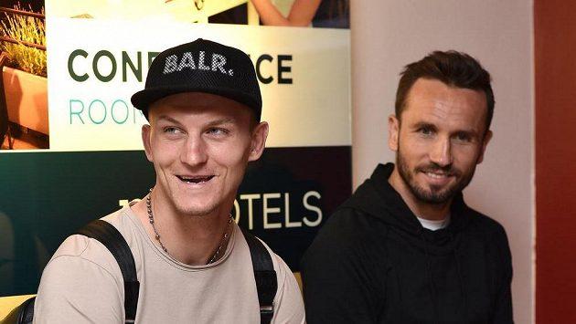 Tomáš Necid (vlevo) a Tomáš Sivok na srazu české fotbalové reprezentace před utkáním kvalifikace ME 2016 s Islandem.