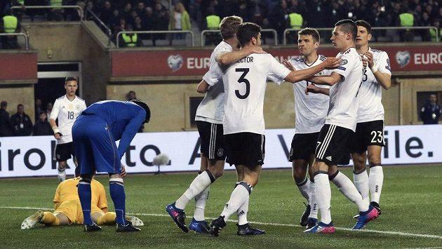 Němci se radují po jedné z branek proti Ázerbájdžánu.