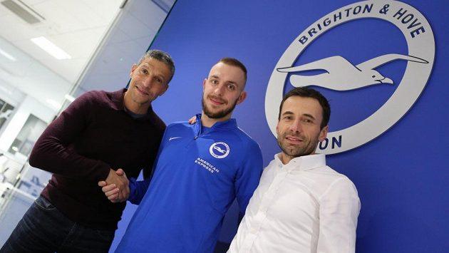 Jiří Skalák mezi hlavním trenérem Brightonu Chrisem Hughtonem (vlevo) a Viktorem Kolářem ze společnosti Sport Invest International.