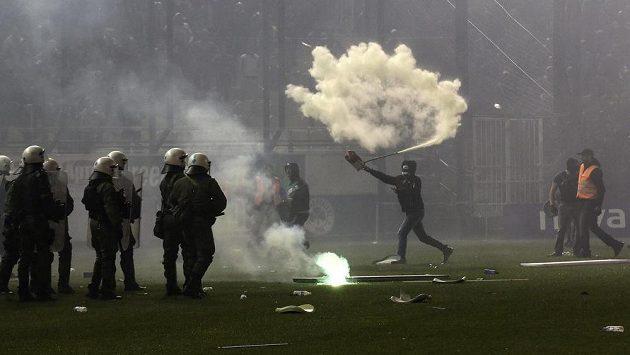 Fanoušek Panathinaikosu (třetí zprava) útočí přenosným hasicím přístrojem na policisty.