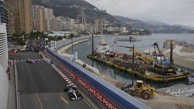 Brit Lewis Hamilton při tréninku v Monaku