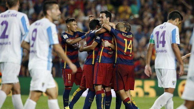 Fotbalisté Barcelony se radují z jediné branky proti Málaze.