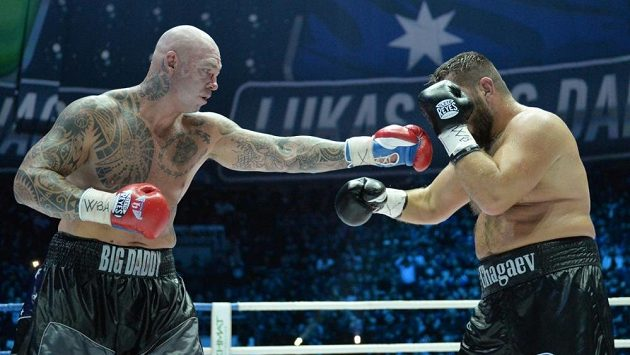 Australský bijec Lucas Browne (vlevo) v titulovém duelu WBA s Uzbekem Ruslanem Čagajevem.