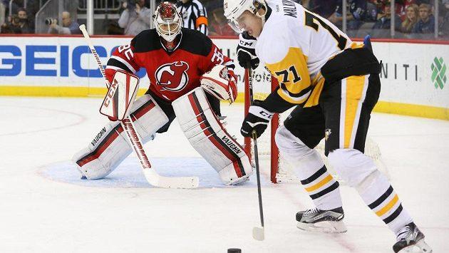 Jevgenij Malkin z Pittsburghu a brankář Cory Schneider z New Jersey Devils. Zápas, kde si ruský útočník připsal 800. bod v NHL.