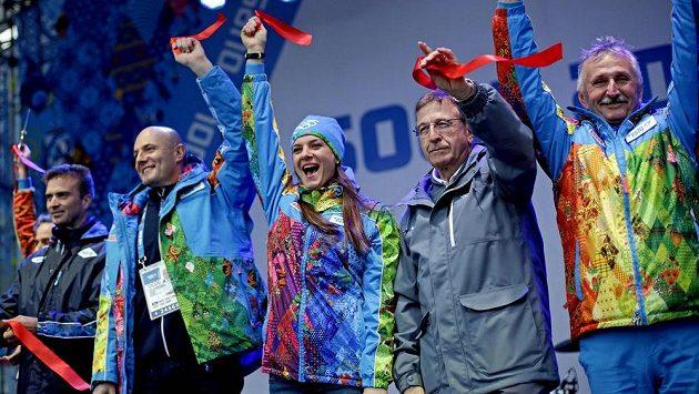 Ruská tyčkařka Jelena Isinbajevová (uprostřed) zahájila v Soči provoz olympijské vesnice.