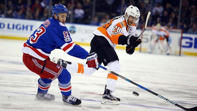Claude Giroux (28) z Philadelphie a Kevin Hayes (13) z New York Rangers.