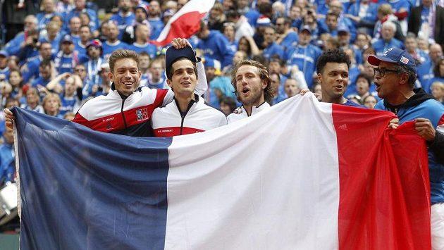 Francouzští tenisté slaví postup do finále Davisova poháru.