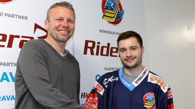 Jakub Petr (vlevo) vítá Rastislava Deje ve Vítkovicích.