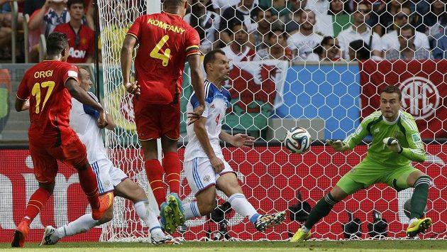 Belgický forvard Origi (vlevo) právě střílí rozhodující gól duelu s Ruskem.