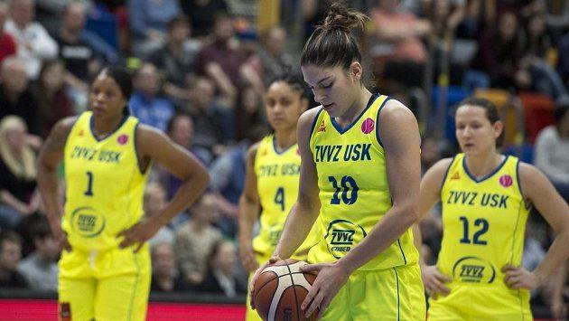 Basketbaistky USK Praha (zleva) Kia Vaughnová, Candice Dupreeová, Marta Xargayová a Tereza Vyoralová si v nejvyšší soutěži s chutí zastřílely.