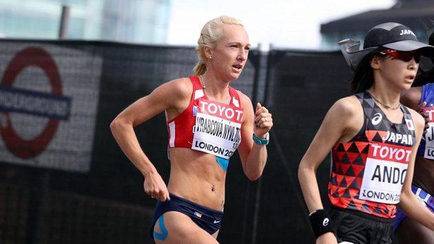 Eva Vrabcová-Nývltová na trati maratónu v Londýně.